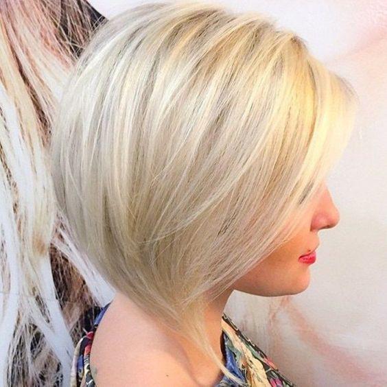 Cabelo curto loiro penteado