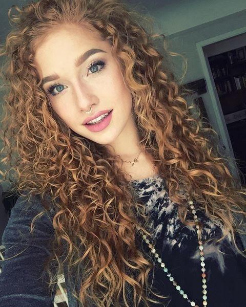 foto de cabelo platinado cacheado